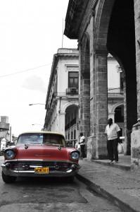 Цветное на черно белом фото